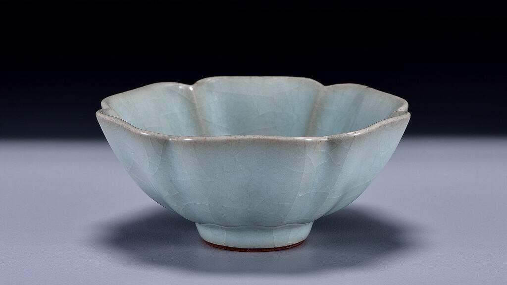 南宋官窯青瓷花式碗